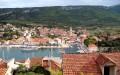 Jelsa Horvátország egy csendes halászfalva a Hvar szigeten