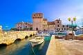 A Kastela Trogir és Split között helyezkedik el. Több ilyen erőd található a tengerparton, mint a képen látható Kastel Gomilica.
