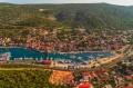 Marina egy szűk, védett öbölben helyezkedik el. A Trogir Riviéra kedvelt nyaralási úticélja.