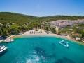 Necujam Horvátországban A Solta sziget északi partján, pontosan Splittel szemben fekszik. Egy hatalmas, csodaszép kavicsos strand található itt.
