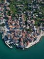 Pirovac Sibenik és Biograd között fekszik félúton egy keskeny öböl keleti partján.