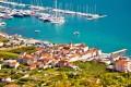 Seget Donji Horvátországban pontosan Trogirral szemben fekszik a szárazföldön