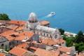 Sibenik Horvátország egy különös települése, ugyanis nem a tengerpartra, hanem egy folyó partjára épült.