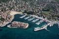 Tribunj óvárosa egy kicsike szigeten kezdett el kialakulni. A háttérben látható Adriatiq Marina kikötő, csak néhány éve épült ide. Addig üres volt az öböl.