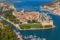 Trogir Horvátország egyik legszebb városa.  Egy kis szigetre épült az óváros.