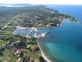 Ugljan város az Ugljan sziget keleti partján fekszik. Homokos strandjai miatt népszerű.