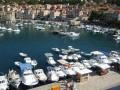Komiza mediterrán hangulatú, dalmát város a Vis szigeten.
