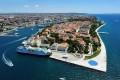 A kis szigetre épült Zadar Horvátország egyik legnépszerűbb úticélja. Egész Európából könnyen meg lehet közelíteni.