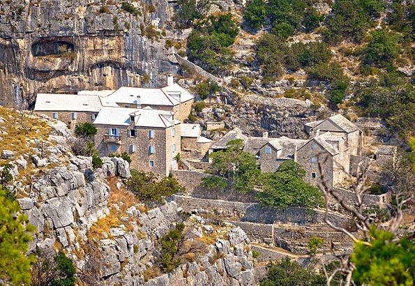 A Blaca kolostor Brac egyik legszebb látnivalója