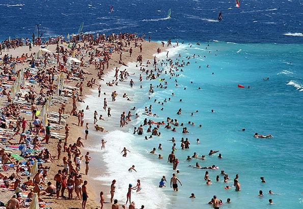 Végig kavicsos Bol strandja. Ez az egyik legnépszerűbb tengerpart Dalmáciában.
