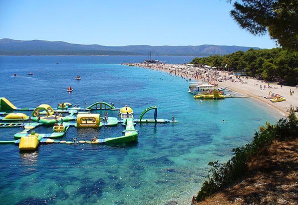 Bol, a Brac sziget egyik fő látványossága. Omis kikötőjéből indulnak ide hajós kirándulások