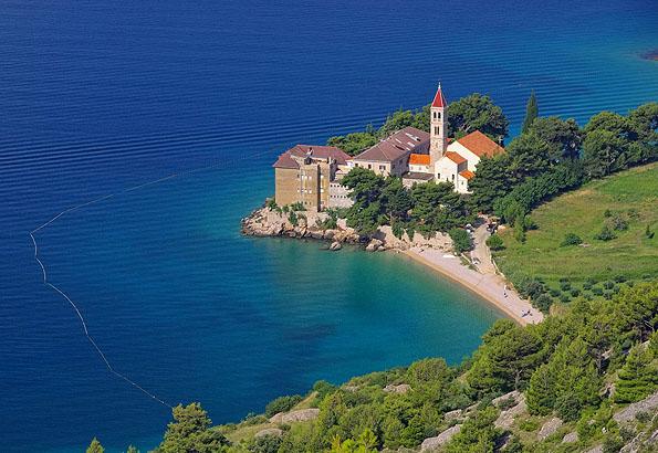 A dominikánus kolostor Bol egyik legszebb része Horvátországban a Brac szigeten
