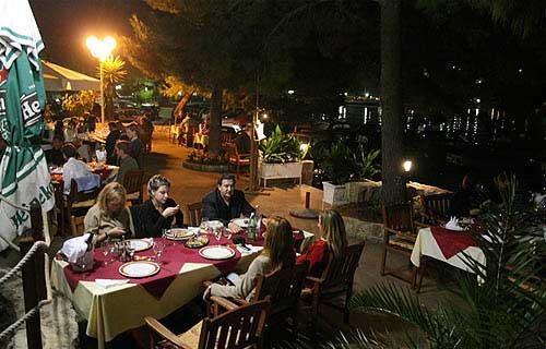 A Galija étterem esti fényben