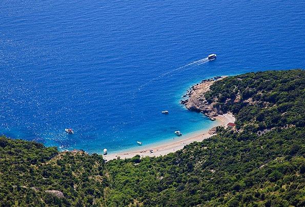Magyarországhoz közel a Cres szigeten találunk egy csodaszép, de kevésbé ismert strandot.