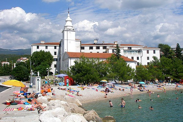 Crikvenica strandjai közül a Kastel kevésbé ismert, így nyugodtabban tudunk fürödni.