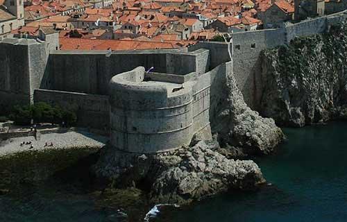 A Bokar erőd (bástya) az óváros nyugati végén van