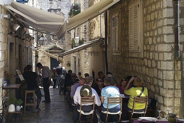 A LAJK étterem Dubrovnik egyik kis sikátorában található
