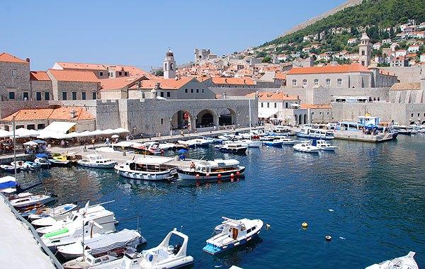 Dubrovnik kikötője nagyon forgalmas a sok turista és kiránduló hajó miatt.