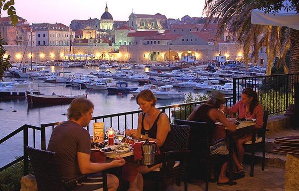 A Komarda étteremből is szép kilátás nyílik a kikötőre és Dubrovnik óvárosára