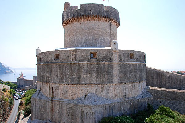 A Minceta erőd szögletes alapzata jól látszódik a napi napig. Erre épült a kerek bástya.
