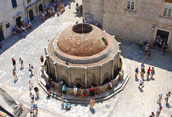 Dubrovnik óvárosában az Onofrio kút volt a központi vízforrás