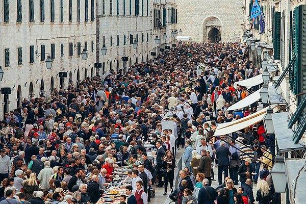 A főutca ma vásárok, koncertek, rendezvények kedvelt helyszíne.