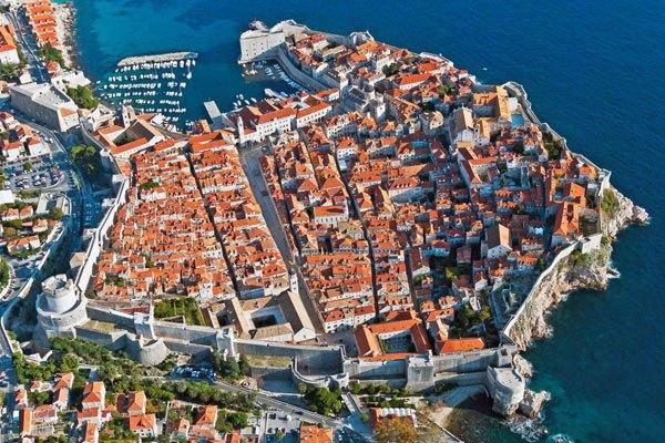 Dubrovnik főutcája egy széles utca. A Placa határozottan kettéosztja a várost.