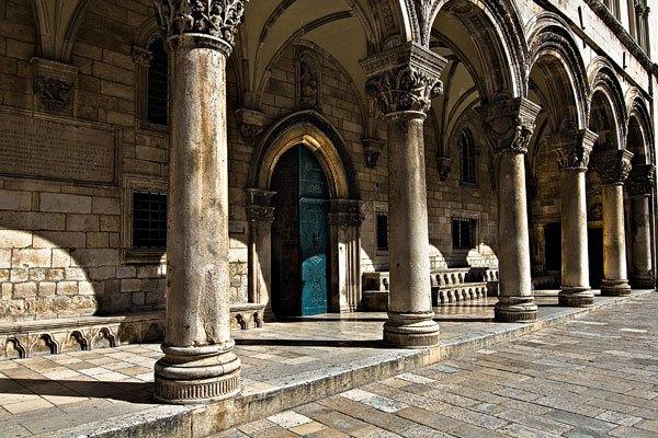 A Rektori palota legszebb része az árkádsor.