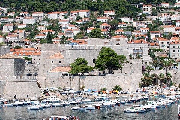 A Revelin erőd a várfalon kívül, a Ploce kapu előtt található.