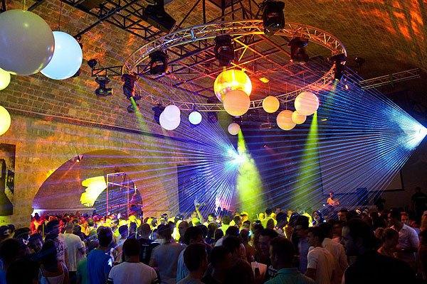 A Club Revelin a város legnagyobb diszkója.