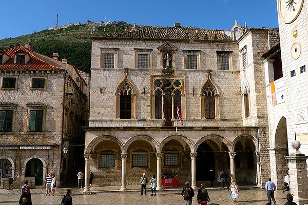 A Sponza palota Dubrovnikban, az Óratorony mellett.