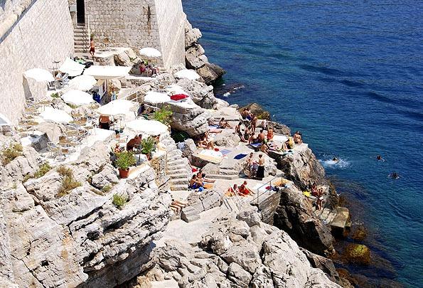 Dubrovnik strandjai közül, a Buza rögtön a várfal oldalába épült.