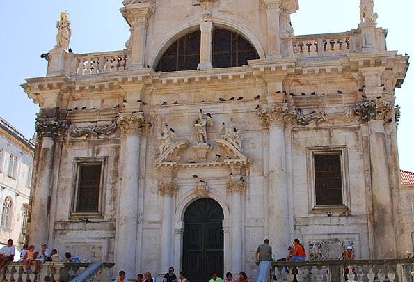 Fontos látnivaló a barokk stílusú Szent Balázs templom.