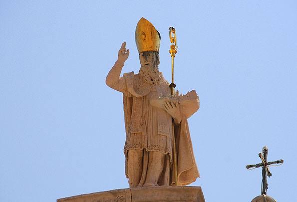 Egy szobrot állítottak Szent Balázs tiszteletére a templom tetején.