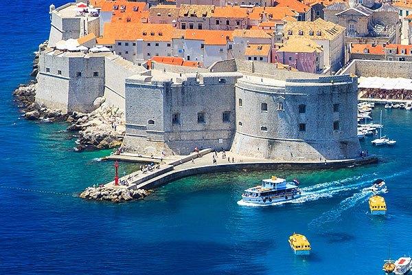 Mint egy gőzhajó, úgy tör előre a Szent János erőd Dubrovnik keleti végén.
