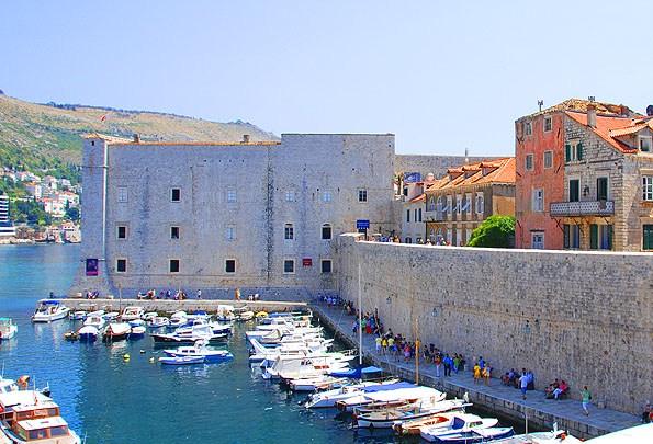 Egy kisebb erődből lett kialakítva a Szent János erőd. A mai napig jól látható az eredeti erőd körvonala.