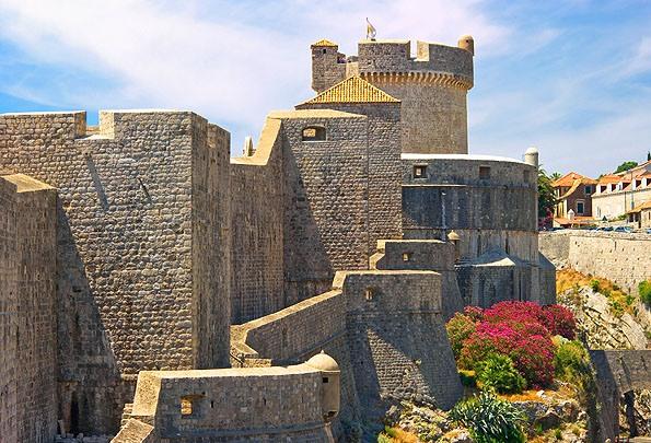 Dubrovnik várfala messze földön híres. Néhol a 10 méteres vastagságot is elérni.