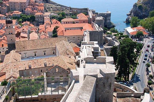 Több erőd és bástya védi Dubrovnik várfalát.