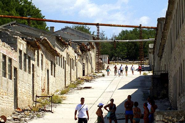 A Börtönsziget népszerű látnivaló Rab északi csücskében