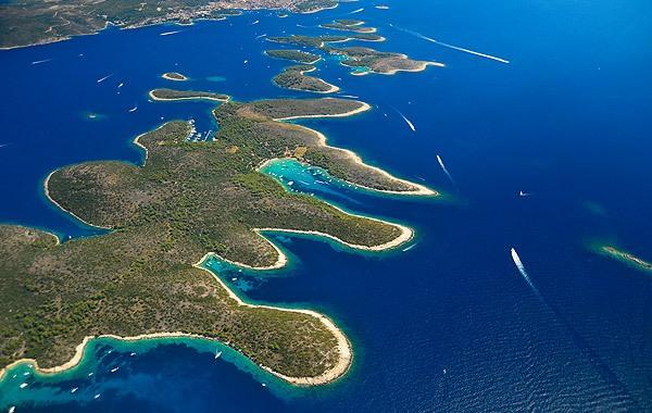 Hvar városa előtt terülnek el a Pakleni szigetek