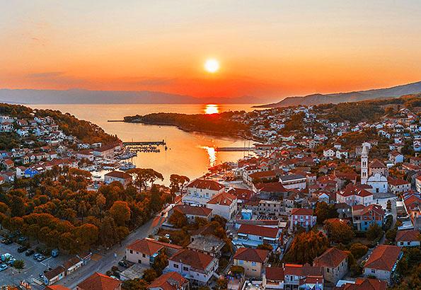 Jelsa a Hvar sziget egyik kedvelt nyaralási célállomása
