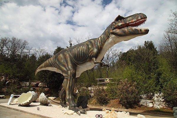 Egy dinó park és sok lábnyom található a félszigeten