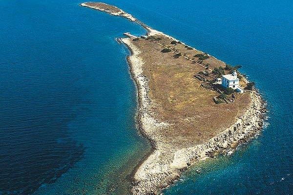 A Pločica világítótorony a Korcula és a Hvar szigetek között található. Itt egy baráti társaság vagy egy nagyobb család is elfér.