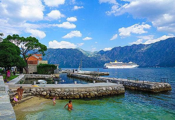 A hegyek lábainál találjuk Kotor strandjait.