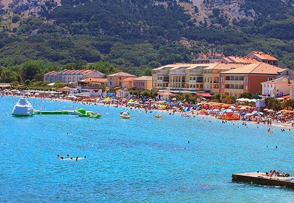 Kipróbálhatjuk Baska gyönyörű, kavicsos strandját is