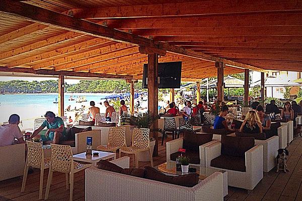 Teljesen rálátunk a tengerpartra a Sunshine Beach Bar teraszáról