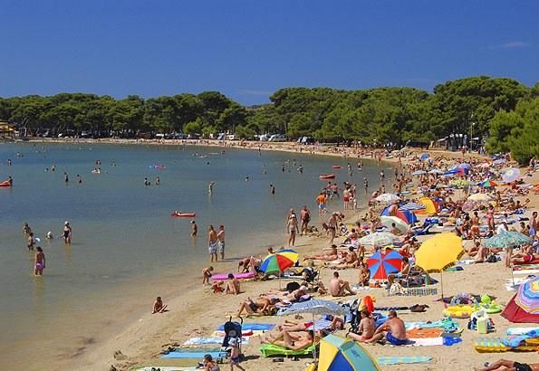 Kifejezetten jó választás Medulin gyerekkel, hiszen az egész part strandnak van kialakítva. (Medulin TZ képe)