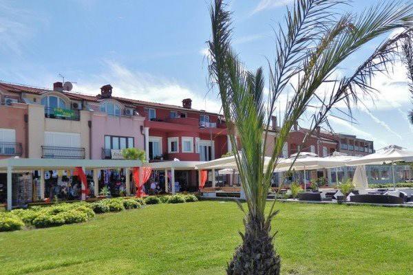 A Robi apartman az óváros és a homokos strand közelében fekszik