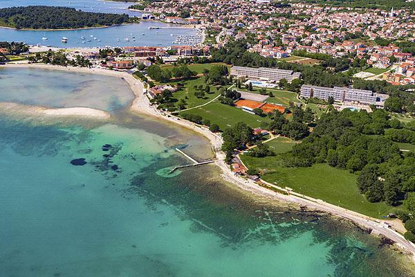Illetve több tengerparti hotel kínálatából válogathatunk