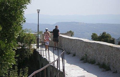 Motovun várfala körbevezet a kicsinyke városon